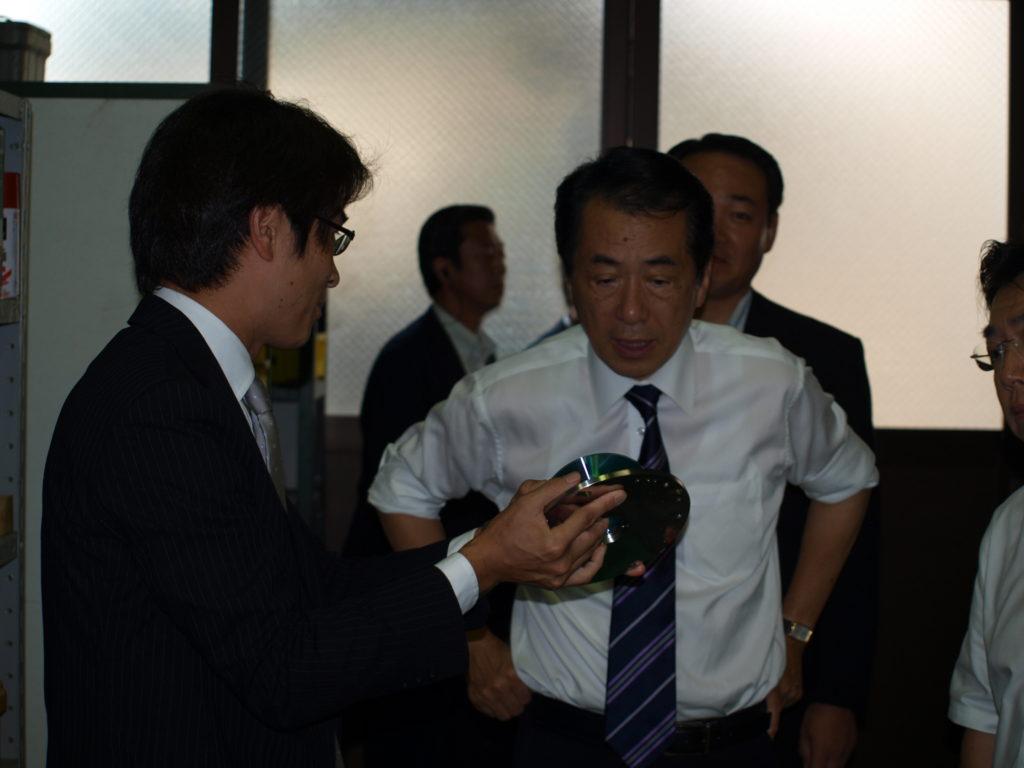 菅総理大臣へ精密研削加工の技術についてご説明させて頂きました